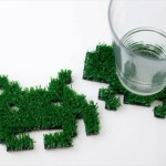 食卓にちょっぴりの「緑」を…人工芝で作られた、ハンドメイドのインベーダー型コースター