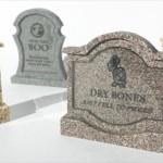 レトロゲーム内で犠牲になったゲームキャラたちを弔う、手作りの「お墓」のミニチュア