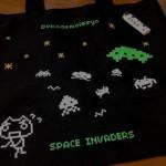 侵略されるトロがカワイイ!「SPACE INVADERS×どこでもいっしょ トートバッグ」