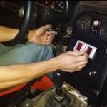 まるでアーケードゲームみたい!?コインを入れるとエンジンがかかるように改造された車