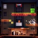 夢の共演!ビルの壁一面に投影されたレトロゲームキャラのプロジェクションマッピング