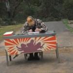 引き出しも付いててベンリ!古いピンボール台をカスタムして「机」を作ってしまった男性