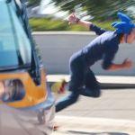 ハイスピードで街を疾走!「リアル・ソニック VS 路面電車」、勝つのはどっち!?