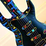 「パックマン」柄がレトロかわいい!ハンドメイドのギター型クッション