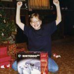 クリスマスプレゼントに貰ったゲーム機は特別…!時代が変わっても変わらない、子どもたちの笑顔をとらえた写真いろいろ