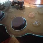 これ欲しい!超巨大な「プレイステーション」コントローラみたいなテーブルがステキ