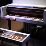 世界観バッチリ!海外版ファミコン「NES」型ピアノでマリオメドレーを演奏する美女の動画